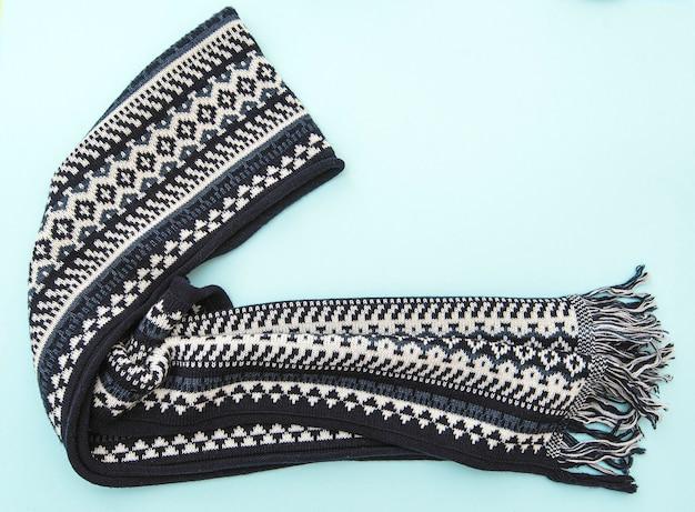 Composición de moda con bufanda azul de invierno