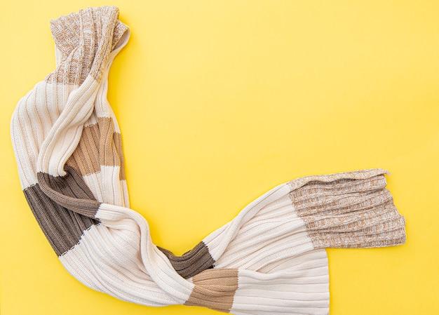 Composición de moda con bufanda de otoño invierno