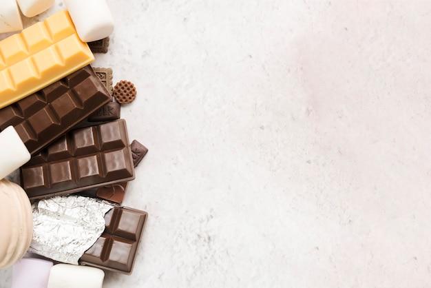 Composición moderna de comida sana con chocolate