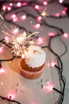 Composición moderna de cumpleaños con cupcake adorable