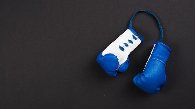 Composición moderna de deporte con guantes de boxeo