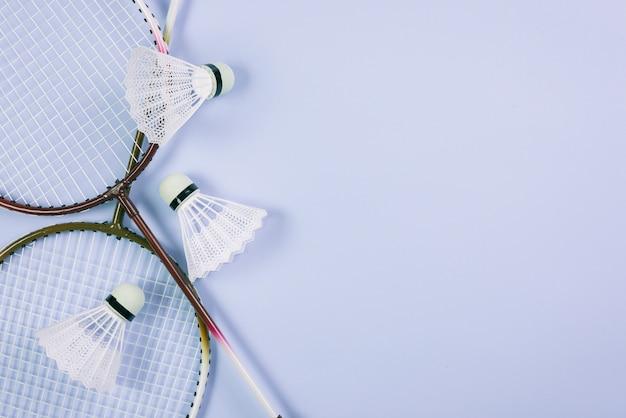 Composición moderna de equipamiento de badminton