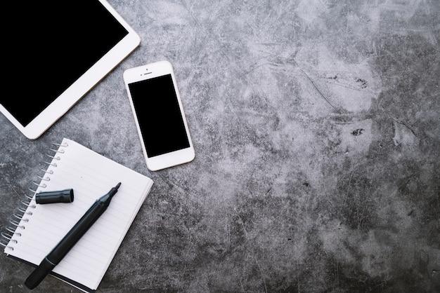 Composición moderna de escritorio de oficina con dispositivo tecnológico
