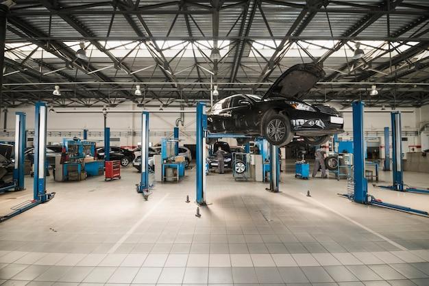 Composición moderna de mecánico de automóviles