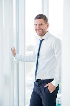 Composición moderna de oficina con hombre de negocios