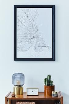 La composición moderna de la sala de estar con muebles de diseño simulan marcos de carteles y plantillas de accesorios