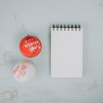 Composición de navidad con bloc de notas y bolas