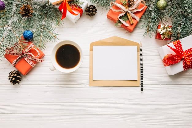 Composición de navidad con café y carta