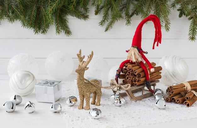 Composición de navidad con caja de regalo, abeto de navidad, gnomo y ciervo. año nuevo