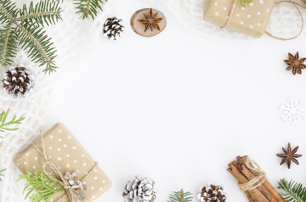 Composición de navidad. caja de regalo hecha a mano de navidad, conos de pino.