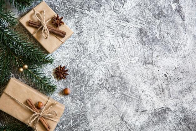 Composición de navidad con cajas de regalo y ramas de abeto. tarjeta de felicitación.