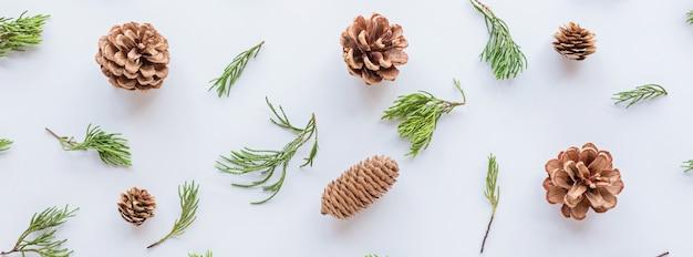 Composición de navidad con conos y ramas de abeto en blanco. concepto de año nuevo