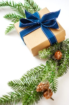 Composición de navidad con decoración de caja presente copos de nieve de madera ramas de abeto feliz navidad ...