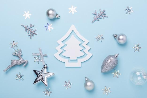 Composición de navidad decoración de plata sobre fondo azul pastel