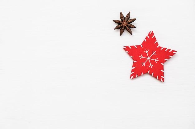 Composición de navidad decoraciones rojas sobre fondo blanco. juguete de navidad