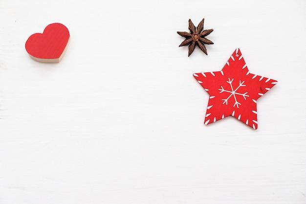 Composición de navidad decoraciones rojas sobre fondo blanco. juguete navideño, invierno, sí nuevo.