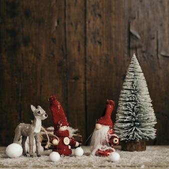 Composición de navidad con fondo de madera y espacio de copia