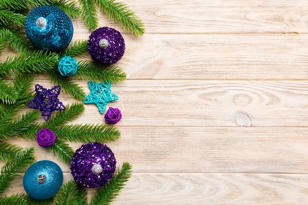 Composición de navidad hecha de abeto, bolas y diferentes decoraciones en madera.