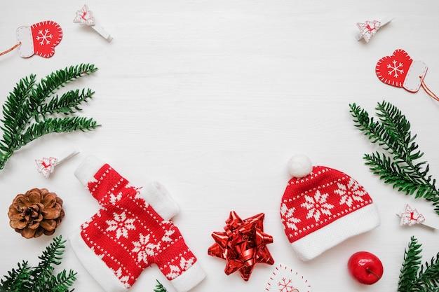 Composición de navidad marco hecho de regalos de navidad, ramas de pino, juguetes en backgro blanco