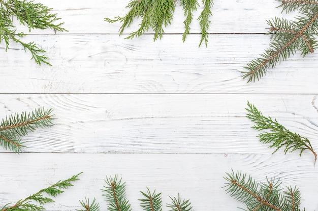Composición de navidad con marco de ramas de abeto. vista plana, vista superior