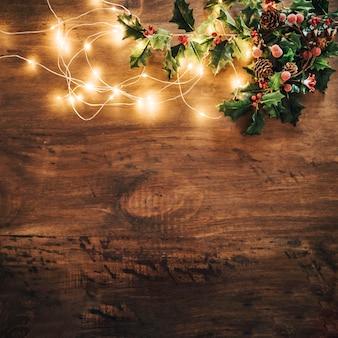 Composición de navidad con muérdago y luces de cadena