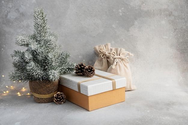Composición de navidad o año nuevo árbol de navidad vela guirnalda caja de regalo bolsa de regalo