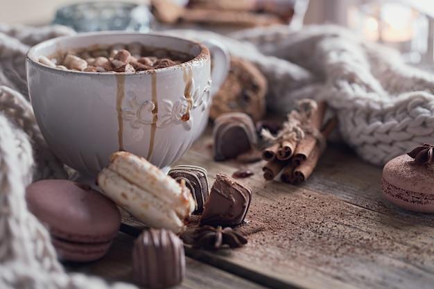 Composición de navidad o año nuevo con chocolate caliente o cacao y malvaviscos