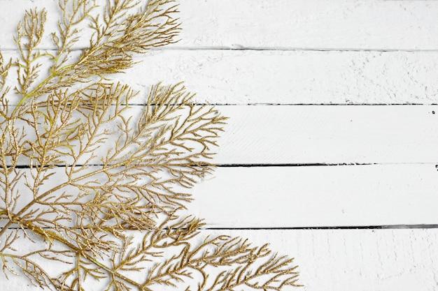 Composición de navidad o año nuevo. patrón de hojas doradas sobre fondo blanco. lay flat, vista superior, espacio de copia