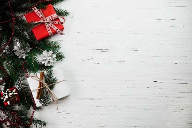 Composición de navidad de pequeñas cajas de regalo en la mesa