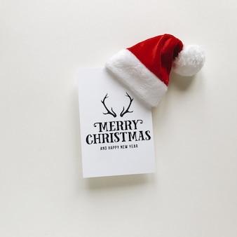 Composición de navidad postales y gorro de santa