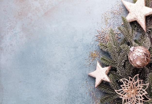 Composición de navidad ramas de abeto, sterne oro sobre fondo azul.