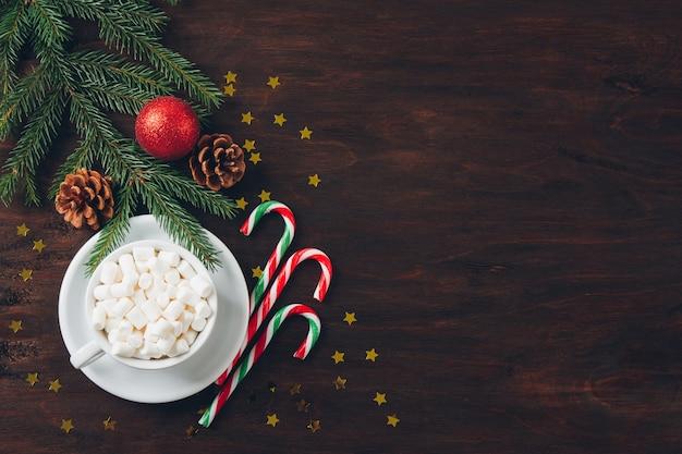 Composición de navidad sobre fondo oscuro con dulces