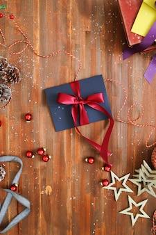 Composición navideña con adornos y cajas de regalo