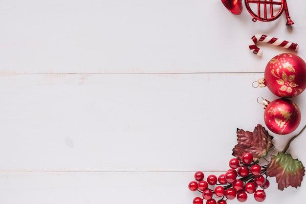 Composición navideña de adornos con frutos rojos.