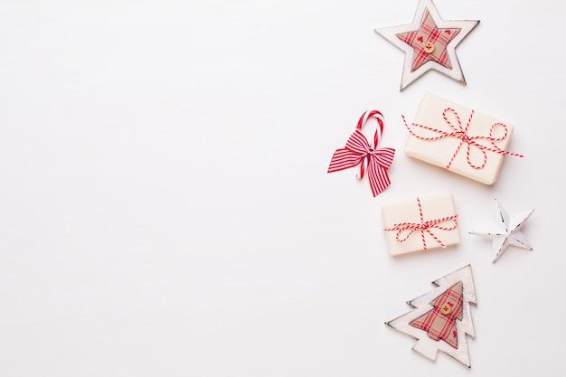 Composición navideña. adornos de madera, estrellas sobre fondo blanco. navidad, invierno, concepto de año nuevo. vista plana endecha, superior.