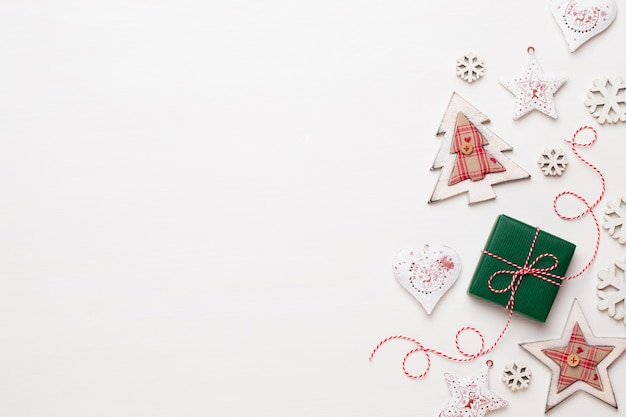 Composición navideña. adornos de madera, estrellas sobre fondo blanco.