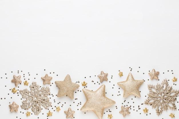 Composición navideña. adornos navideños en blanco. endecha plana, vista superior