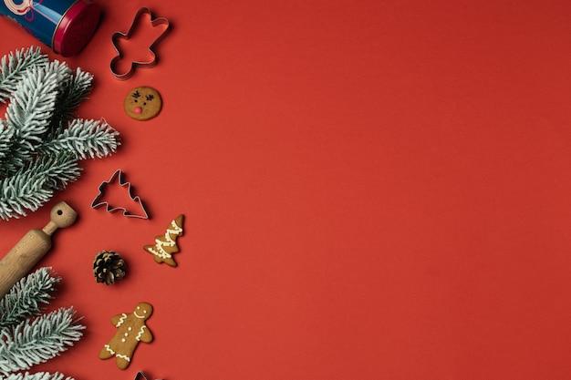 Composición navideña con adornos navideños en rojo