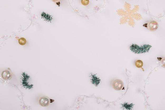 Composición navideña de adornos con ramas de árboles de navidad.