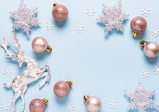 Composición navideña con adornos