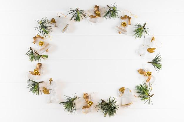 Composición navideña de ángeles con ramas.