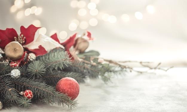 Composición navideña con árbol de navidad y bolas navideñas