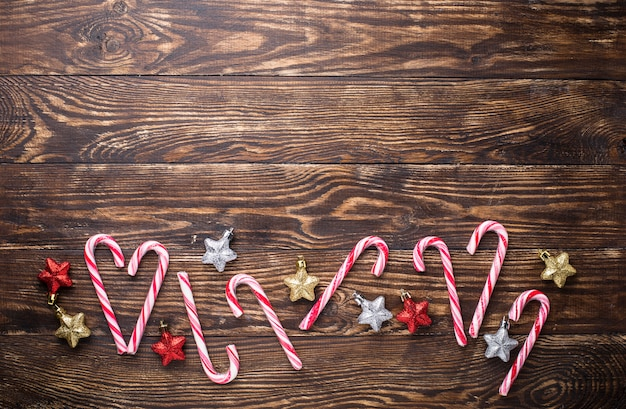 Composición navideña con bastón de caramelo