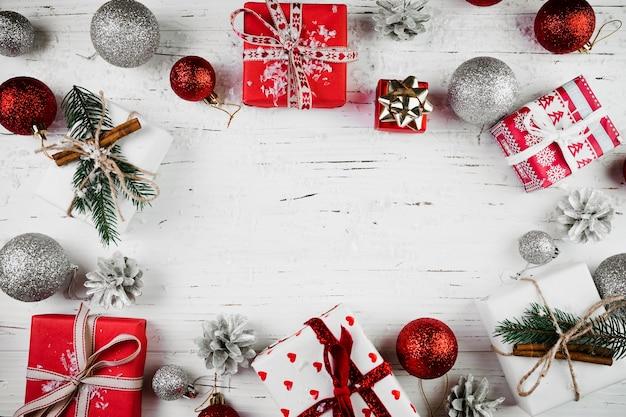Composición navideña de brillantes cajas de regalo y adornos.