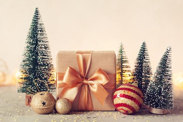 Composición navideña con caja actual y árbol de navidad