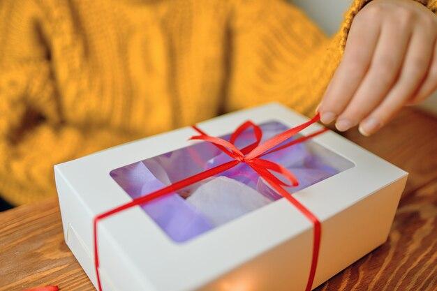 Composición navideña con caja de regalo.