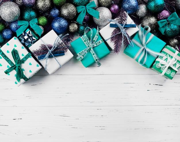 Composición navideña de cajas de regalo y adornos de colores.
