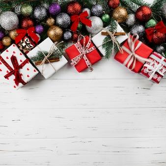 Composición navideña de cajas de regalo y adornos.