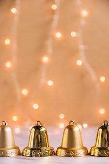 Composición navideña de campanas pequeñas.