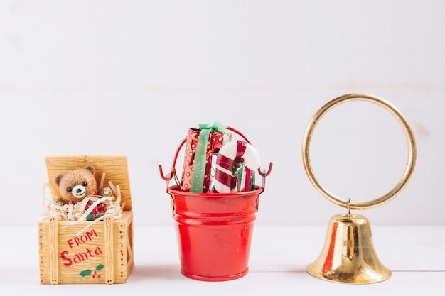 Composición navideña de campanita con juguetes.
